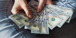Czy warto wymieniać walutę na lotnisku?